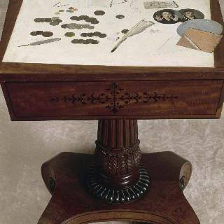 작은 탁자 위에 놓인 동전들의 착시화