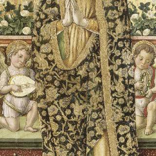 두 음악의 천사들 사이에서 아기 예수를 안고 있는 성모