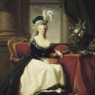 파란 망토와 하얀 드레스를 입고 손에 책을 들고 앉아있는 마리 앙투아네트 왕비