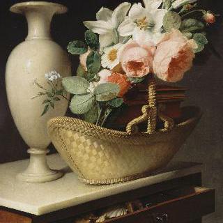 서랍장 위에 놓은 바구니 안의 백합과 장미 다발