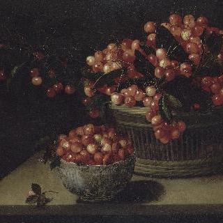 딸기가 담긴 그릇과 체리 바구니
