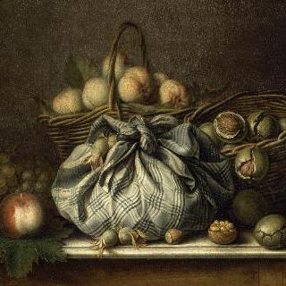 손수건에 싸여있는 호두와 과일과 모과가 든 바구니