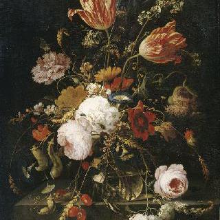 크리스탈 물병 안 꽃들과 콩 가지와 달팽이