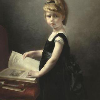 책을 넘기는 어린 소녀