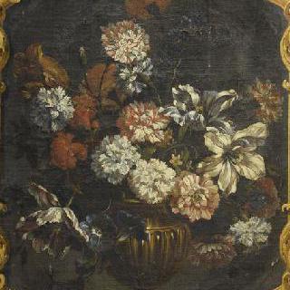 꽃이 가득한 황금 꽃병