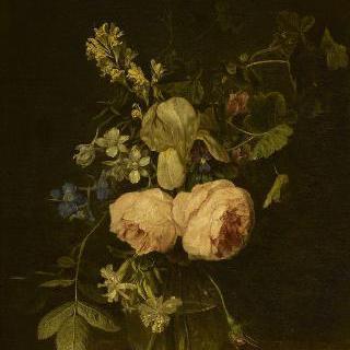 대리석 콘솔 테이블위의 꽃이 가득한 유리 화병