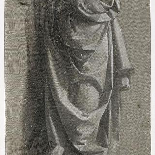 우측 측면의 주름진 옷을 입은 서 있는 인물