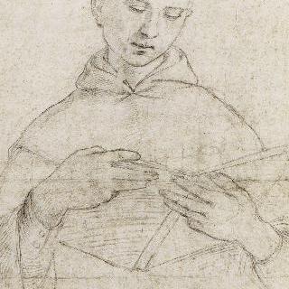 고개를 살짝 숙여 책을 읽는 젊은 사제의 정면 반신상
