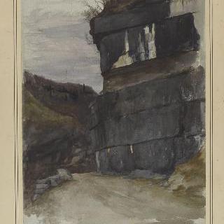 바위가 있는 언덕길의 키클로페스족의 벽