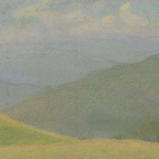 전경에 풀밭이 있는  산 풍경