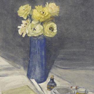 파란색 꽃병 안의 노란 꽃다발이 있는 정물화