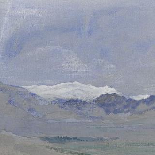 산의 원곡과 눈 내린 정상이 보이는 골짜기