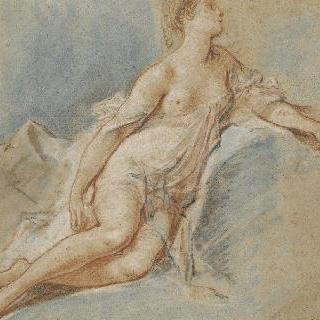 왼쪽 팔과 신체 중앙 부분에 주름 직물이 덮어 있는 소파 위에 앉아있는 나체의 여인,