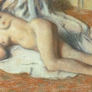 목욕을 하고 바닥에 누워 있는 여자