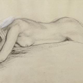 배를 대고 누워 있는 나체 여자, 양 팔로 머리를 감싸고 있다