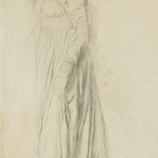 긴 드레스를 입고 서 있는 여자의 왼쪽 프로필