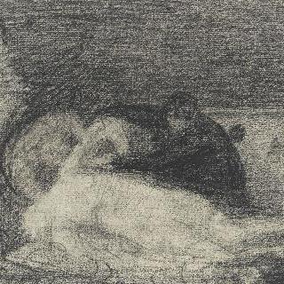 누워있는 신체 주위의 두 인물들