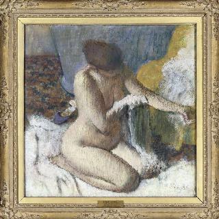 욕조에 나온 후, 또는 왼팔을 닦고 있는 여인