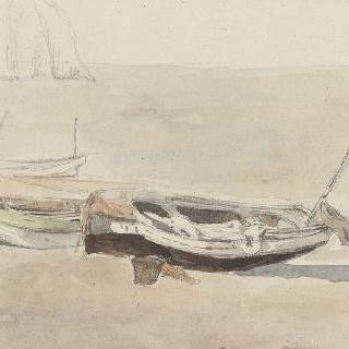 모래사장 위에 좌초된 에트르타의 작은 배들