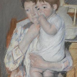 물통과 대야가 놓여 있는 작은 테이블 앞의 여자와 아이