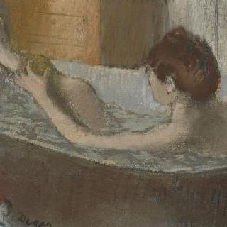 욕조에서 스펀지로 발을 닦고 있는 여자
