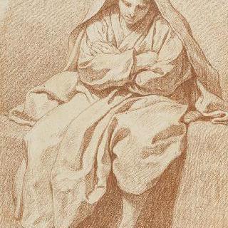 벽 위에 앉아 있는 주름진 옷을 입은 청년