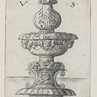 게루빔 천사의 두상이 장식되어 있는 큰 촛대 또는 수반