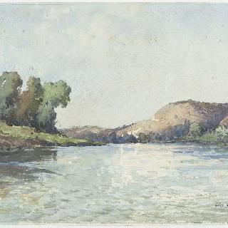 울퉁불퉁한 풍경 속 강가의 전경