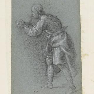 화병의 물을 마시고 있는 왼쪽을 향한 프로필의 긴 휘장옷을 입은 남자