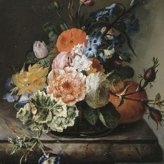 대리석 작은 탁자 위의 꽃