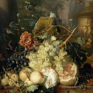 작은 요정들로 장식한 항아리 옆의 과일과 꽃들