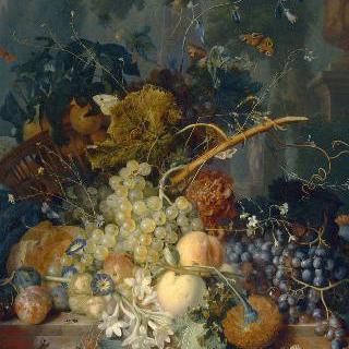 정원 바닥에 엎질러진 바구니와 꽃과 과일들