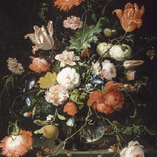 돌받침 위의 크리스탈 물병 안의 꽃들과 잠자리