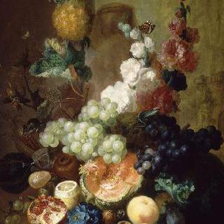 돌로 만든 코니스 위의 꽃과 과일