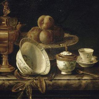 대리석 탁자 위에 과일과 식기