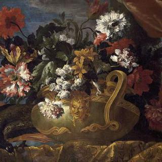 공작새 옆에 놓아둔 사티로스의 기괴한 안면상으로 장식된 꽃으로 가득한 반구형 바구니
