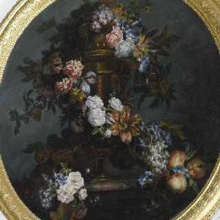 늘어진 메꽃들이 꽂혀 있는 금 꽃병