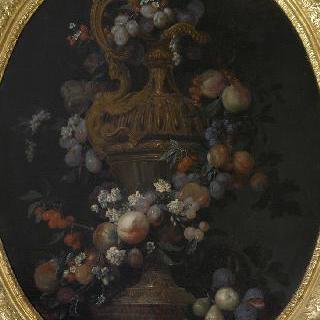 복숭아, 자두와 꽃으로 만들어진 화환 장식이 있는 금 꽃병