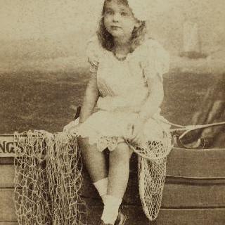 배 위에 앉은 소녀