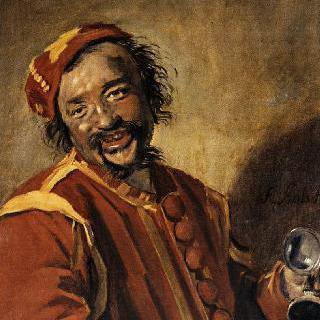 주전자를 들고 웃고 있는 남자
