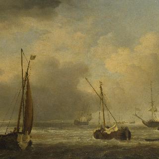 산들바람 속에서 앞바다에 떠있는 네덜란드 선박들과 작은 배들