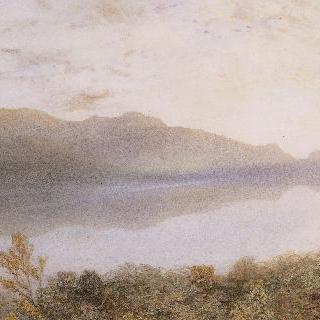 동틀 무렵 고요한 호수